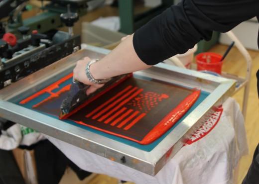Как делают печать на футболках шелкографией